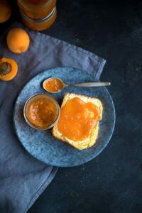 Sommerglück: Aprikosenmarmelade mit Brioche