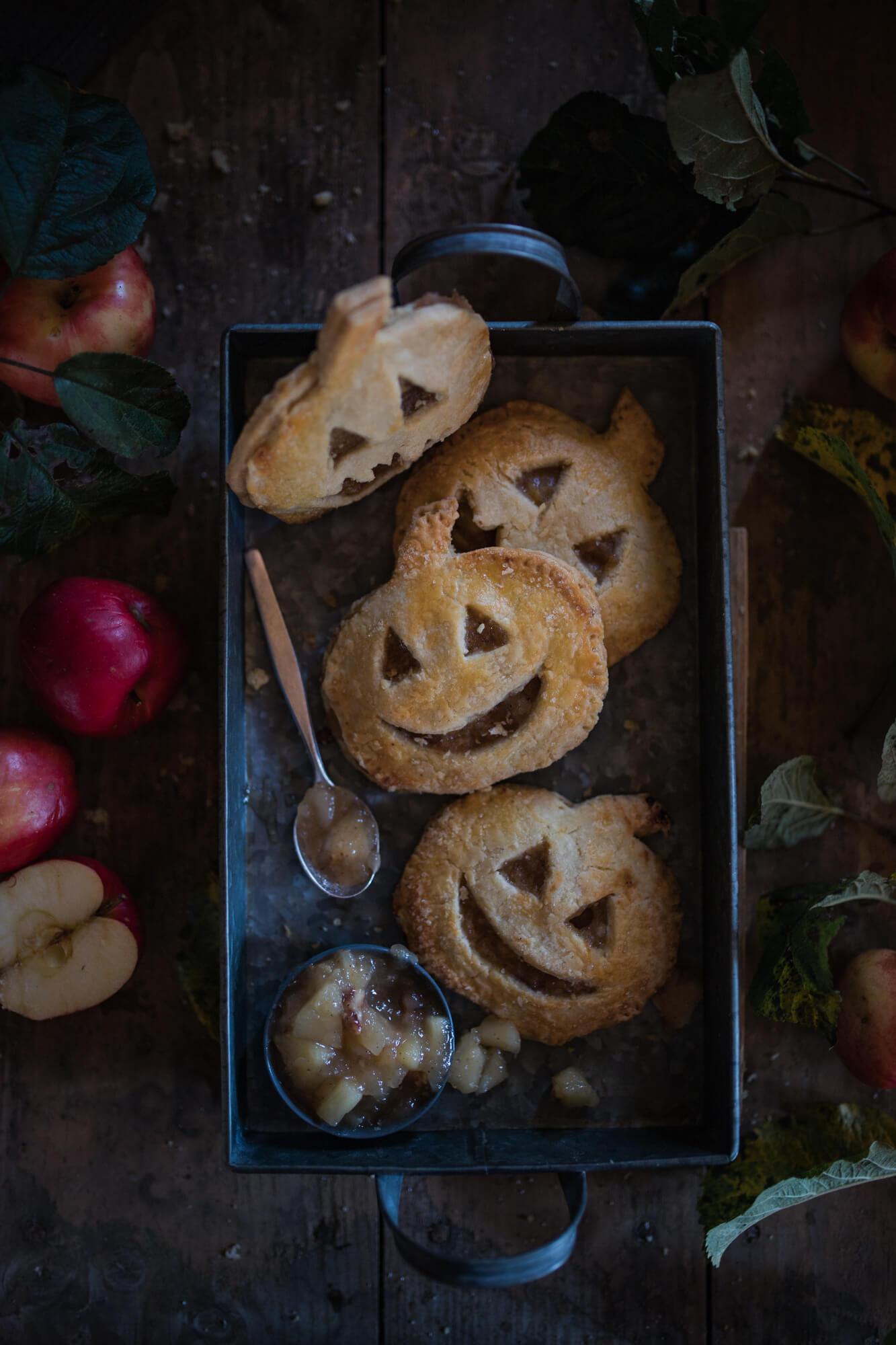 Happy Halloween mit Mini Apfel-Pies in Kürbisform